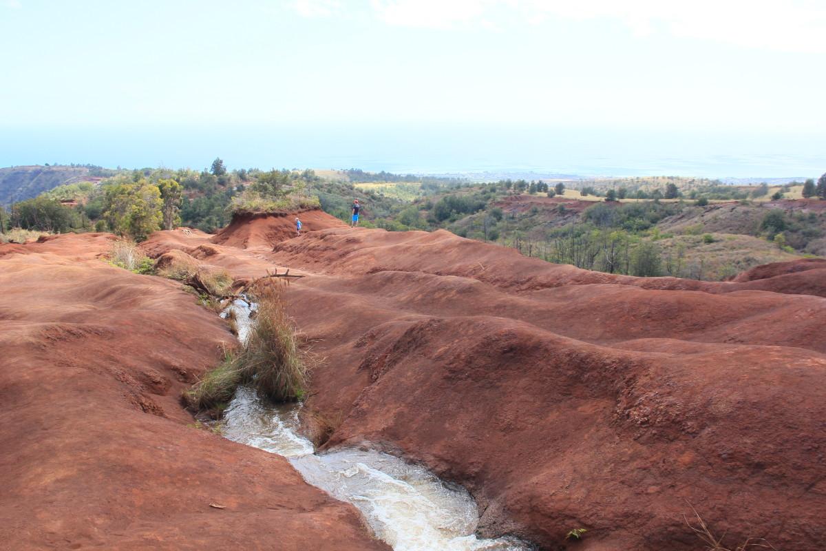 赤い大地と小川