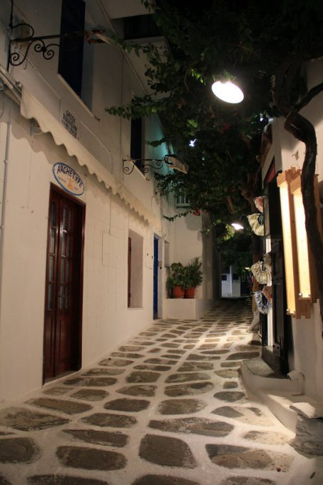 ミコノス島の路地の夜景