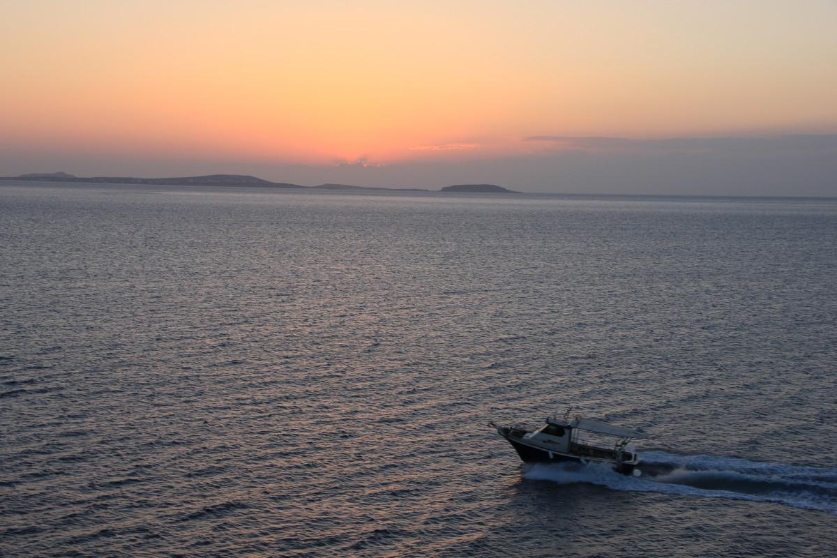 夕日とモーターボート