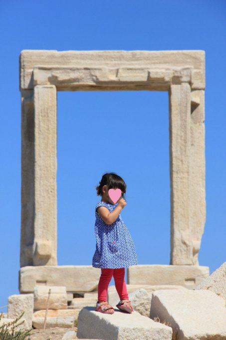 門の前で歌う娘