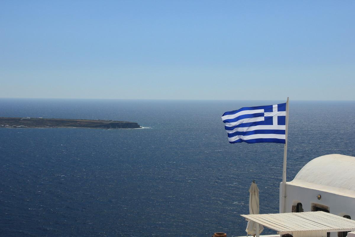 海とギリシャ国旗