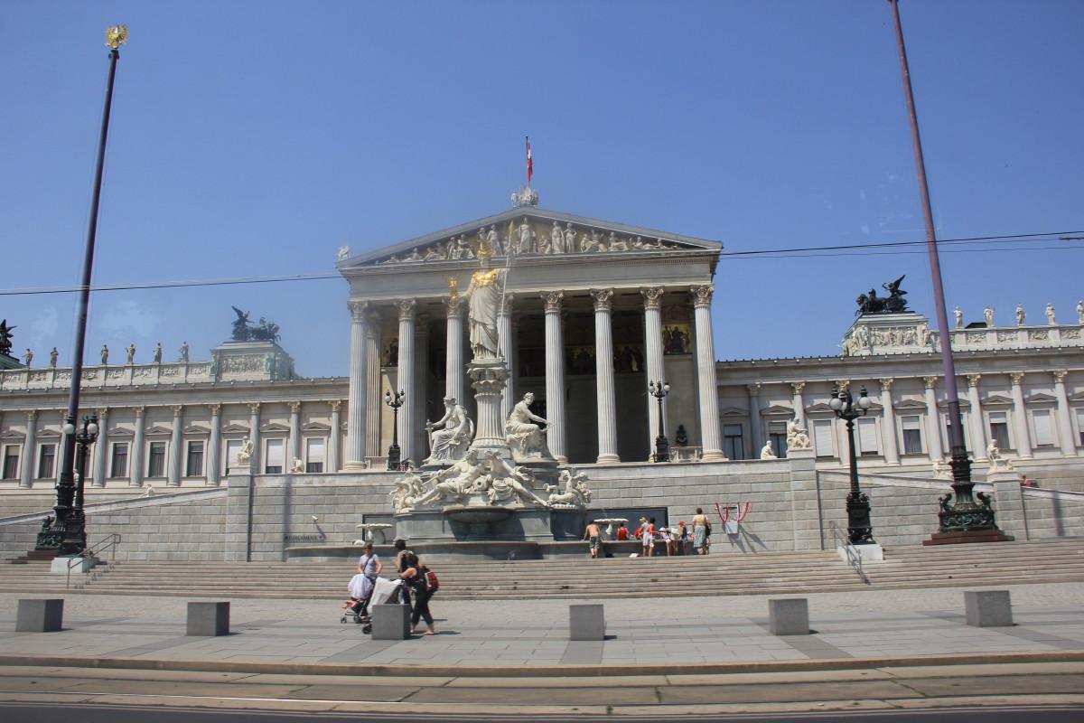 ギリシャ神殿風の国会議事堂