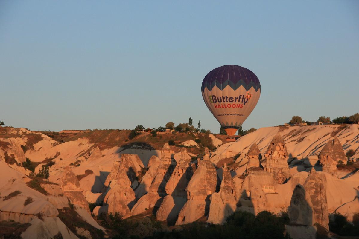 気球とカッパドキアの朝焼け