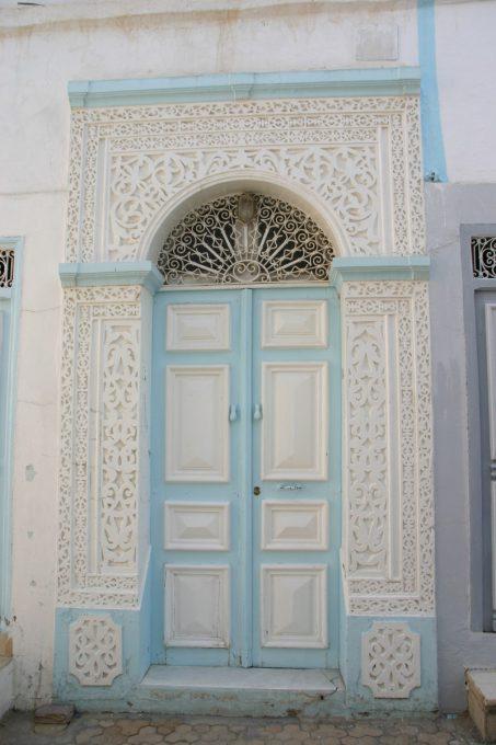 水色と白のドア